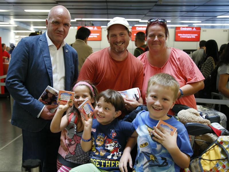 AK Niederösterreich-Präsident und ÖGB NÖ-Vorsitzendem Markus Wieser mit Familie am Flughafen © Wolfgang Prinz, AK Niederösterreich