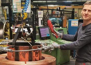 MitarbeiterInnen der Wieland Austria Ges.m.b.H. wie Andreas Weinstabl produzieren Rohre, die gerade vor allem in der Kühlanlagentechnik für die Lebensmittelproduktion, aber auch für die Energieversorgung benötigt werden. ©  , AK Niederösterreich, zVg