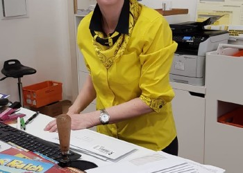 Schalterbedienstete wie Monika Tiel aus der Postfiliale Baden halten das System zu Coronazeiten am Laufen.  ©  , AK Niederösterreich, zVg