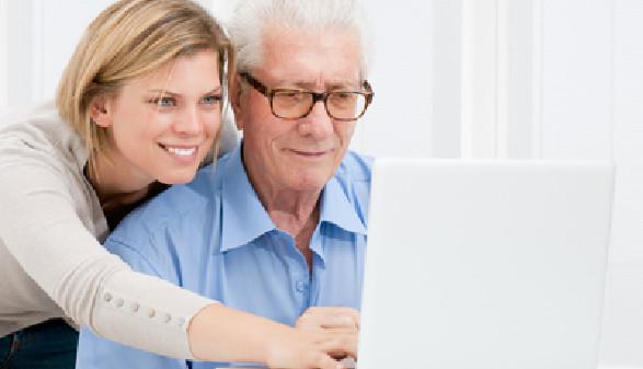 Pensionist bekommt Hilfe am Laptop © Rido, Fotolia