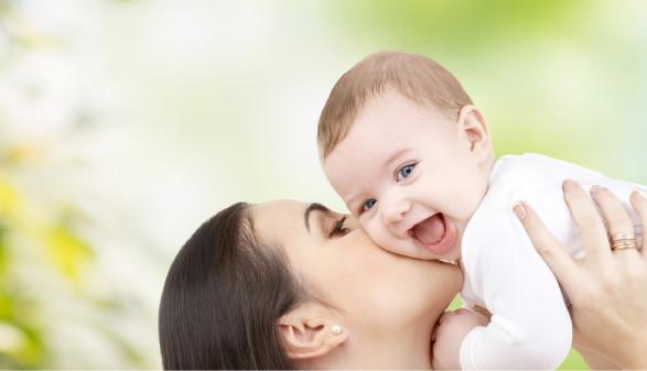 Mutter hält ihr Baby hoch © Syda Productions, stock.adobe.com