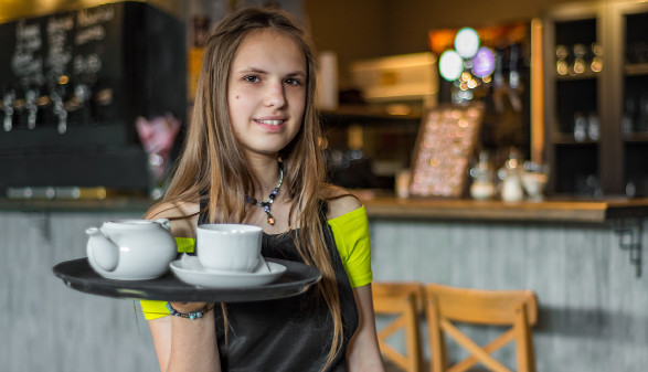 Junge Kellnerin mit Serviertablett © pavel siamionov , stock.adobe.com