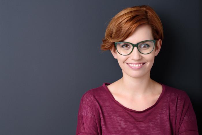 Tag der Weiterbildung, Frau mit Brille schaut direkt in die Kamera © contrastwerkstatt, stock.adobe.com