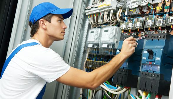 Elektriker beim Schaltkasten © kadmy, stock.adobe.com