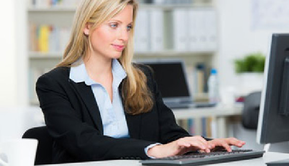 Frau mit Laptop © Picture-Factory, Fotolia.com