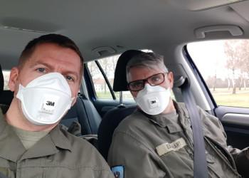 Offizierstellvertreter Gerald Hutter und Vizeleutnant Peter Eberhart (v. l.) von der Kaserne Götzendorf behalten die Schutzmasken auch am Heimweg auf. ©  , AK Niederösterreich, zVg