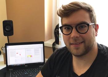Fabian Edlinger ist Bürokaufmann im 3. Lehrjahr bei den ÖBB und meistert nicht nur die Arbeit im Home Office, sondern lernt auch fleißig für die bevorstehende Lehrabschlussprüfung. ©  , AK Niederösterreich, zVg