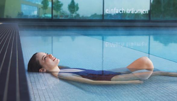 Frau entspannt im Pool © Cathrine Stukhard, Therme Wien