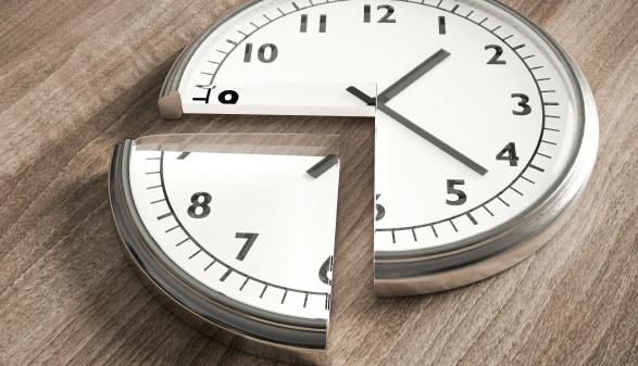 Eine Uhr, in der ein Stück herausgetrennt ist. © fotomek, stock.adobe.com