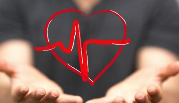Hände mit gemalten Herz und Herzfrequenzlinie © vege, Fotolia