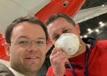 """Der Flugverkehr ist durch das Coronavirus fast gänzlich zum Erliegen gekommen. Betriebsrat Rene Pfister (l.) und seine KollegInnen von den Austrian Airlines sorgen dennoch dafür, dass """"gestrandete"""" ÖsterreicherInnen wieder nach Hause kommen. ©  , AK Niederösterreich, zVg"""