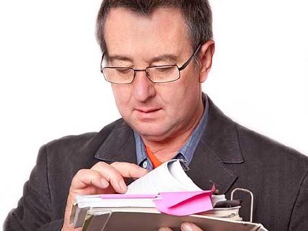 Mann blättert in seinen Kontoauszügen © Edler von Rabenstein, Fotolia.com