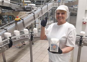 Michaela Walzer von der Firma Agrana Zucker arbeitet an der 1 kg Zucker Abpackung im Werk Tulln. ©  , AK Niederösterreich, zVg