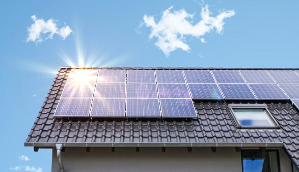 Photovoltaik-Anlage auf Dach © Alessandro2802, stock.adobe.com