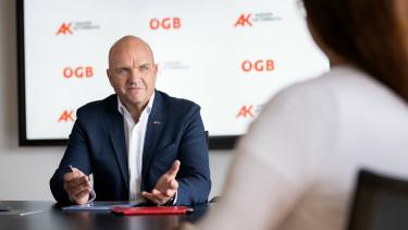 AK Niederösterreich Präsident Markus Wieser im Gespräch mit einer Mitarbeiterin in einem Büro © Klaus Vyhnalek, AK Niederösterreich