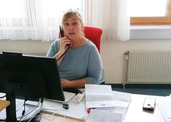 Silvia Metzger vom AMS St. Pölten stellt sich täglich der Flut an Telefonaten durch Massenkündigungen, Arbeitslosenmeldungen und Anfragen zur Corona-Kurzarbeit. ©  , AK Niederösterreich, zVg