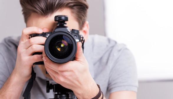 Mann mit Digitalkamera in der Hand © gstockstudio, stock.adobe.com