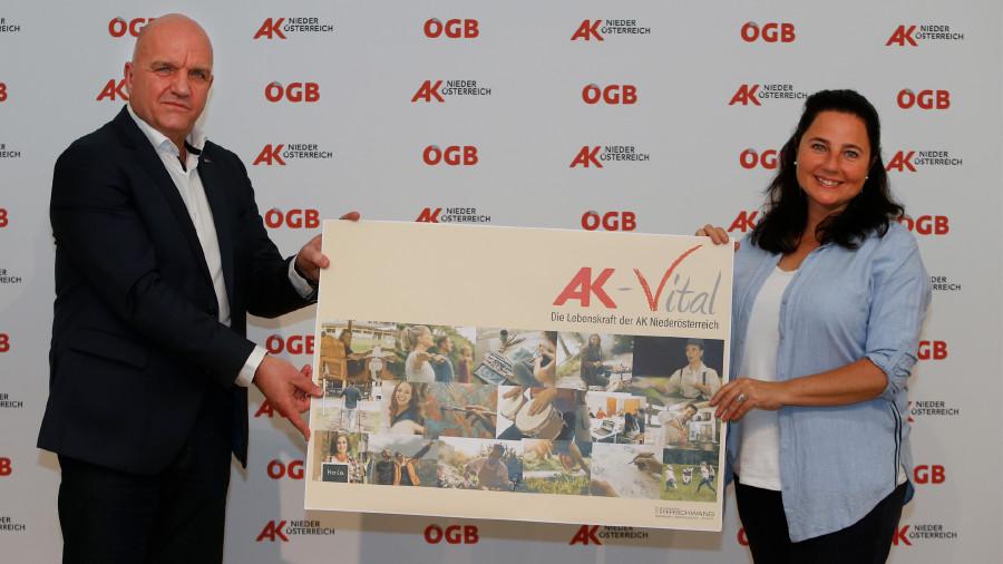 AK Niederösterreich-Präsident und ÖGB NÖ-Vorsitzender Markus Wieser und Kabarettistin Nadja Maleh, selbst Trainerin bei AK Vital, präsentieren die neue Seminarreihe der AK Niederösterreich. © Mannsberger,