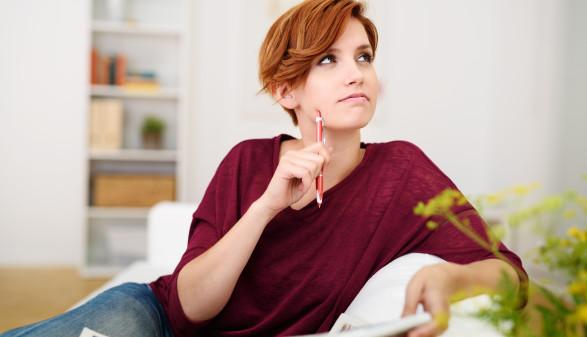 Frau sitzt am Sofa und denkt nach © contrastwerkstatt, stock.adobe.com