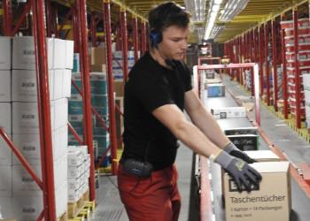 REWE-LagermitarbeiterInnen wie Niklas Ortner sorgen dafür, dass die Waren auch in den Supermarkt kommen. ©  , AK Niederösterreich, zVg