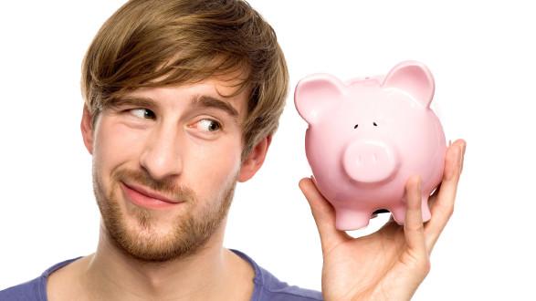 Mann mit einem Sparschwein in der Hand © pikselstock, stock.adobe.com