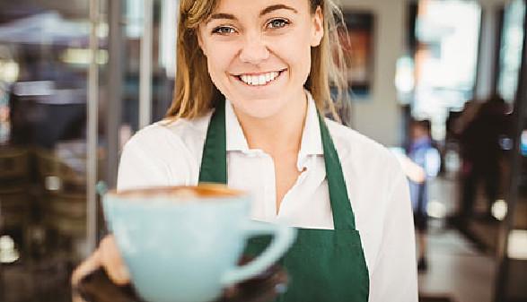 Kellnerin serviert Kaffee © WavebreakMediaMicro, stock.adobe.com