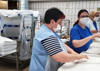 Das Team der Textilreinigung Stuhl sorgt dafür, dass die Wäsche für Kliniken, Seniorenpflege und Co. hygienisch rein ist. ©  , AK Niederösterreich, zVg