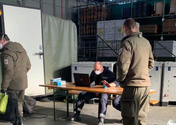 Bei den Passkontrollen für Auslandseinsätze halten die SoldatInnen der Kaserne Götzendorf jetzt verstärkt die notwendigen Sicherheitsabstände ein. ©  , AK Niederösterreich, zVg