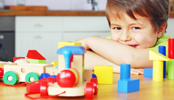 Kind mit Holzspielzeug © Photophonie, stock.adobe.com