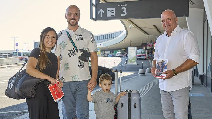 Familie Y freut sich auf den bevorstehenden Urlaub – im Bild mit AK Niederösterreich-Präsident und ÖGB NÖ-Vorsitzendem Markus Wieser (rechts). © Georges Schneider,