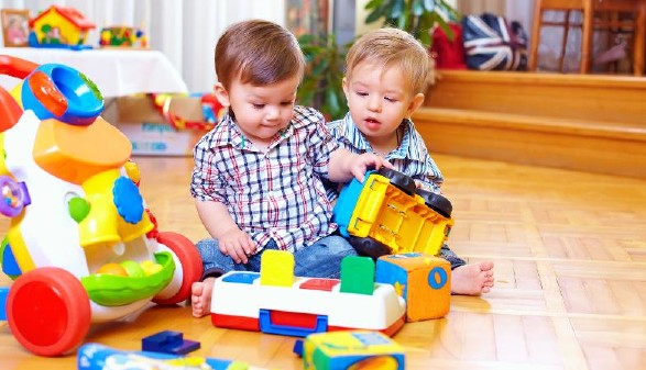 Kleinkinder beim Spielen © Olesia Bilkei, stock.adobe.com