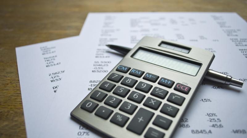 Taschenrechner liegt auf Tisch © Delux, stock.adobe.com
