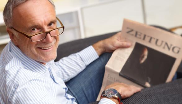 Älterer Mann mit Zeitung © Günter Menzl, Fotolia