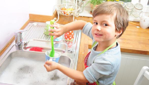 Junge, abwaschen, Küche © somenski, Fotolia.com
